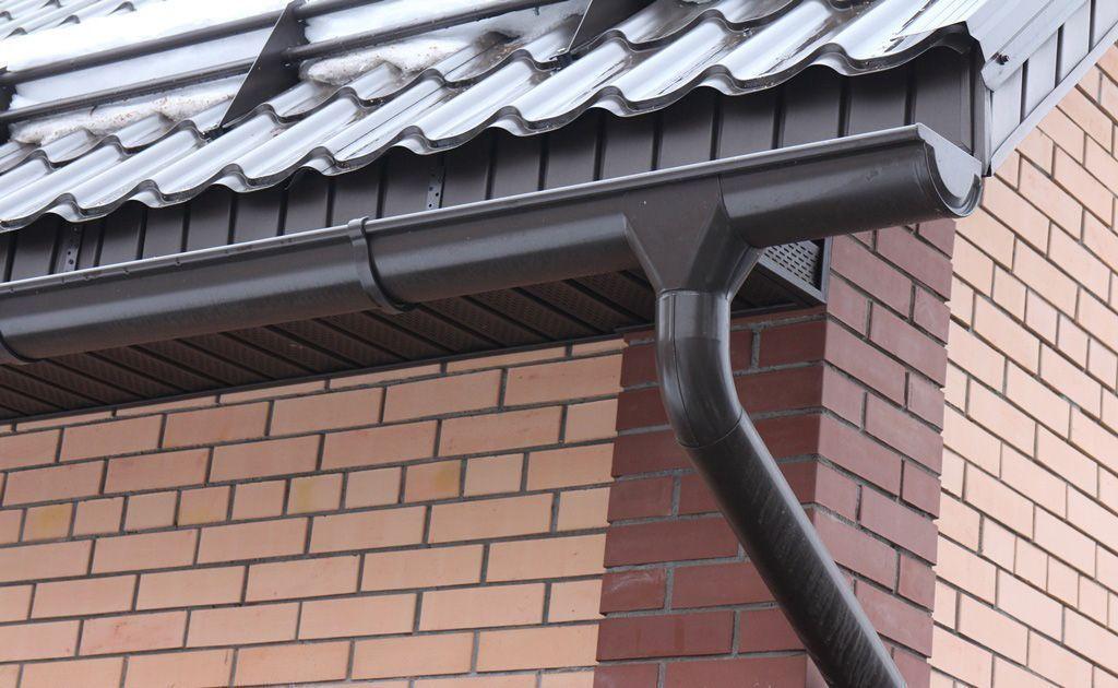 Какие бывают водостоки для крыши, основные правила монтажа